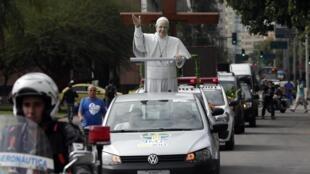 Arrivée de la statue du pape François à l'Hôtel de Ville de Rio, le 10 juillet 2013, pour les JMJ.