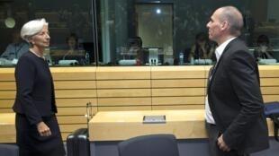 A diretora-geral do FMI, Christine Lagarde (e) e o ministro grego das Finanças, Yanis Varoufakis, ao término da reunião do Eurogrupo nesta quinta-feira (25).