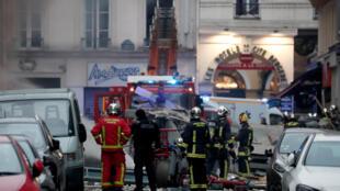 بر اساس تصاویری که از این حادثه منتشر شده، این نانوانی که در طبقه همکف یک ساختمان در خیابان ترِویز پاریس قرار دارد تماما در آتش سوخته و بر اثر انفجار، شیشههای ساختمانهای اطراف نیز شکسته است.
