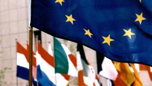 Le drapeau européen aux côtés de ceux des pays membres.