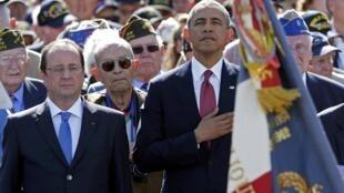 François Hollande ( à esquerda) e Barack Obama participam de cerimônia no cemitério americano de Colleville-sur-Mer, na Normandia.
