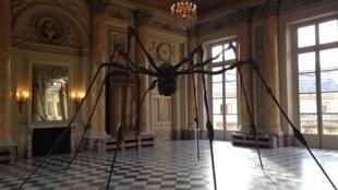 """A famosa """"Araignée"""" (Aranha, em português) de Louise Bourgeois, também conhecida como """"Maman"""" (Mamãe), no salão principal da Casa da Moeda, em Paris, um dos destaques da exposição Women House."""