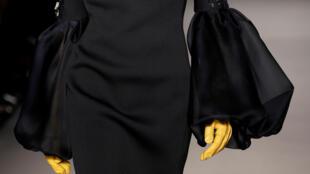 Желтый - цвет одна из доминант моды на осень-зиму 2018/19. Перчатки в поллекции Lanvin.