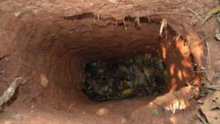 El hombre excava hoyos profundos para atrapar animales y para esconderse. Se cree que es el único superviviente de una tribu masacrada por terratenientes en los años setenta y ochenta.