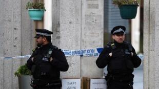 Policiais impedem a entrada de curiosos na mesquita central de Londres.