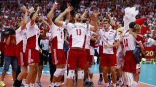Seleção polonesa comemora vitória no Mundial de vôlei, neste domingo (21).