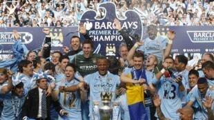 El Manchester City celebra su triunfo en la liga inglesa al ganar al Queens Park Rangers en el estadio Etihad de Manchester, en el norte de inglaterra