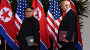 Lãnh đạo Bắc Triều Tiên Kim Jong Un (T) và tổng thống Mỹ Donald Trump tại thượng đỉnh Singapore tháng 06/2018