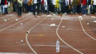 Des projectiles jonchent la piste d'athlétisme entourant le stade de Malabo, lors de la demi-finale de CAN 2015 Ghana-Guinée équatoriale.