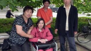 Nữ luật sư Nghê Ngọc Lan (ngồi xe lăn) với bạn bè tại một công viên ở Bắc Kinh. Ảnh chụp ngày 27/05/2010.