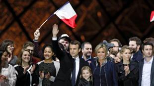 2017年5月7日法国当选总统马克龙与家人和支持者们于巴黎卢浮宫前
