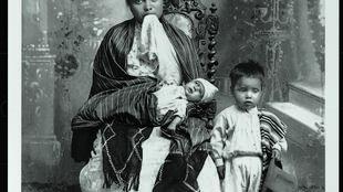 Madre y niño mayor junto a bebé muerto, Guanajuato, 1905-1914. Imagen del Museo Regional de Guanajuato Alhóndiga de Granaditas, México. Reproducción autorizada por el Instituto Nacional de Antropología e Historia (INAH), México.