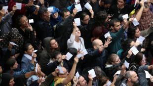 Tensão entre polícia e eleitores em frente a um dos locais de votação, neste domingo