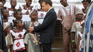 Tổng thống Pháp Emmanuel Macron (G) đến thăm một trường học ở Ouagadougou, Burkina Faso, ngày 28/11/2017