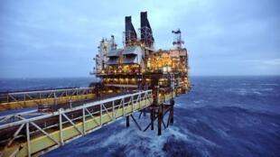 Một giàn khoan của BP trên biển Manche : dầu hỏa mất giá kềm hãm đà phát triển năng lượng sạch