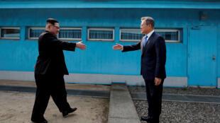 Ảnh tư liệu : Tổng thống Hàn Quốc Moon Jae In (P) và lãnh đạo Bắc Triều Tiên Kim Jong Un bắt tay nhau tại Bàn Môn Điếm, khu vực phi quân sự ngăn cách hai nước. Ảnh chụp ngày 27/04/2018.