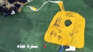 Imagem dos destroços e objetos encontrados nas buscas do avião A320 da EgyptAir.