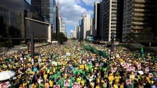Biểu tình chống Tổng thống Dilma Rousseff và nạn tham nhũng : đại lộ Paulista Avenue, trung tâm tài chính Sao Paulo, 16/07/2015.