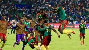 Festejos dos camaroneses após a vitória frente ao Gana nas meias-finais.
