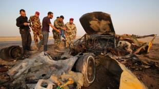 Forças de segurança do Iraque inspecionam o que sobrou do carro-bomba que explodiu nesta quinta-feira, 14 de setembro de 2017.