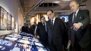 French President François Hollande and rights obudsman Jacques Toubon at the Musée de l'Histoire de l'Immigration