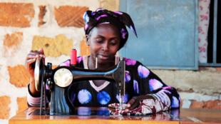 Fatoumata Binta Keïta, femme couturière diplomée à Soumbalako en Guinée.