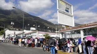 Người dân xếp hàng chờ mua các mặt hàng thiết yếu, bên ngoài một siêu thị ở Caracas, Venezuela ngày 15/01/2016