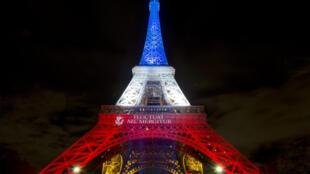 A Torre Eiffel iluminada com as cores da bandeira francesa. 17 de Novembro de 2015.