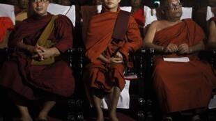សង្ឃភូមា Ashin Wirathu (កណ្តាល) មេចលនា 969 ថតរូបជាមួយតំណាងសង្ឃជ្រុុលនិយមនៅស្រីលង្កា។ ២៨ ខែ កញ្ញា ២០១៤