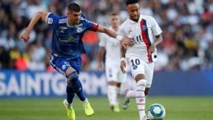 Neymar em ação neste sábado ao lado de Lamine Koné, do Racing Club de Estrasburgo