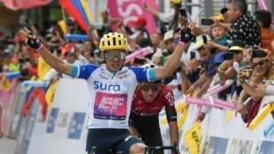 El colombiano Sergio Higuita (C), del EF Pro Cycling, gana la cuarta etapa del Tour Colombia 2.1 en Santa Rosa de Vitierbo, Boyacá (Colombia), seguido por su compatriota del Ineos, Egan Bernal, el 14 de febrero de 2020