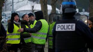 Policías desmantelan el refugio de 'chalecos amarillos' en un camellón, este 14 de diciembre de 2018 en Fontaine-Notre-Dame.