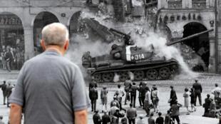 Фотография событий 21 августа 1968, выставленная на улице чешского города Либерец к 50-летию ввода советских войск