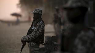 Des soldats montent la garde sur la plage après l'attaque à Grand Bassam en Côte-d'Ivoire , le 13 Mars 2016.