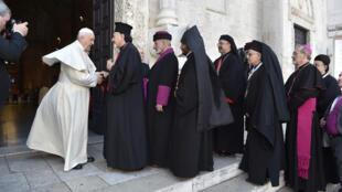 Le pape François a rencontré des patriarches des Eglises du Moyen-Orient, à la basilique Saint Nicolas de Bari, dans le sud-est de l'Italie, le 7 juillet 2018.