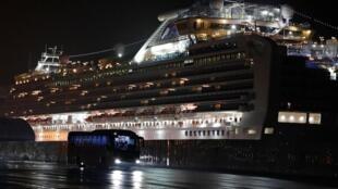 Круизный лайнер Diamond Princess на карантине в порту Йокогама.