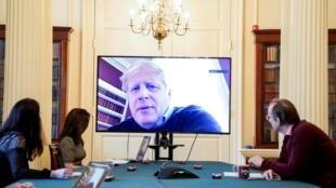 Testé positif au Covid-19, le Premier ministre Boris Johnson apparaît lors d'une réunion consacrée au coronavirus.
