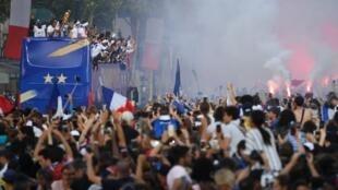 Autocarro com os jogadores e seleccionador da equipa de França. Avenida dos Campos Elísios. 16 de Julho de 2018.