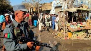 Афганский полицейский в провинции Кундуз, на северо-востоке страны,  рядом с местом, где произошёл взрыв, в результате которого погибли 10 человек и около 18 были ранены