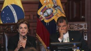 La présidente brésilienne Dilma Rousseff, aux côtés du président équatorien, Rafael Correa, au palais présidentiel du Carondelet, à Quito, le 26 janvier 2016.