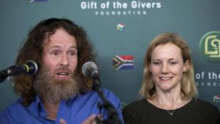 南非前人质麦高文(左)和他的夫人(右)在新闻发布会上 2017年8月10日约翰内斯堡
