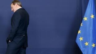 O primeiro-ministro britânico, David Cameron, deixando a cúpula do Conselho Europeu em Bruxelas, em 23 de abril de 2015.