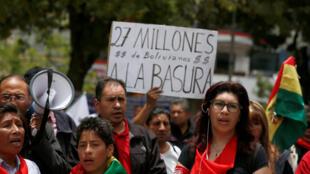 Activistas de la oposición protestan contra las primarias, el 27 de enero de 2019 en La Paz.
