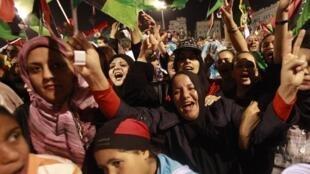 População festa fim de Kadafi nas ruas de Trípoli.
