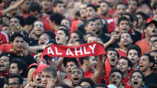 Des supporters du Al-Ahly au Orlando Stadium de Johannesbourg en Afrique du Sud.