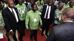 Le président du PDCI, Henri Konan Bédié, et le secrétaire exécutif du parti, Maurice Kacou Guikahue, le 17 juin 2018 à Abidjan. (Image d'illustration)
