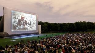 Cinema ao ar livre no Parque da Villette, em Paris.