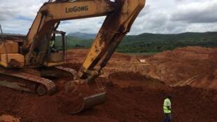 Local onde dez pessoas morreram e várias continuam soterradas na sequência do desabamento de uma mina artesanal de extracção de ouro, em Penhalonga, distrito de Manica, centro de Moçambique, 31 de Janeiro de 2020.