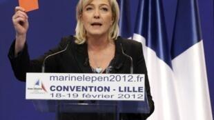 Marine Le Pen adresse son carton rouge au gouvernement, lors de son meeting à Lille, le 19 février 2012.
