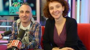 Pedro Mancini y la editora francesa Claire Latxague en los estudios de RFI